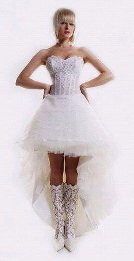 Убедиться в этом можно, посмотрев на свадебные платья короткие фото...